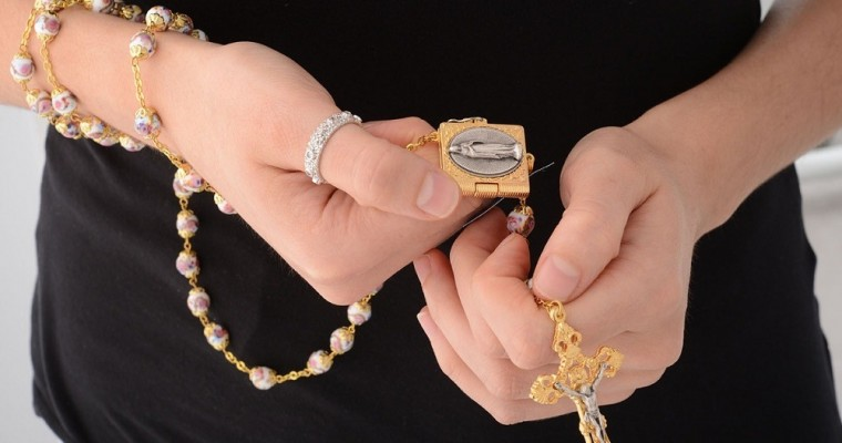 Cómo rezar el rosario – los 10 pasos fundamentales