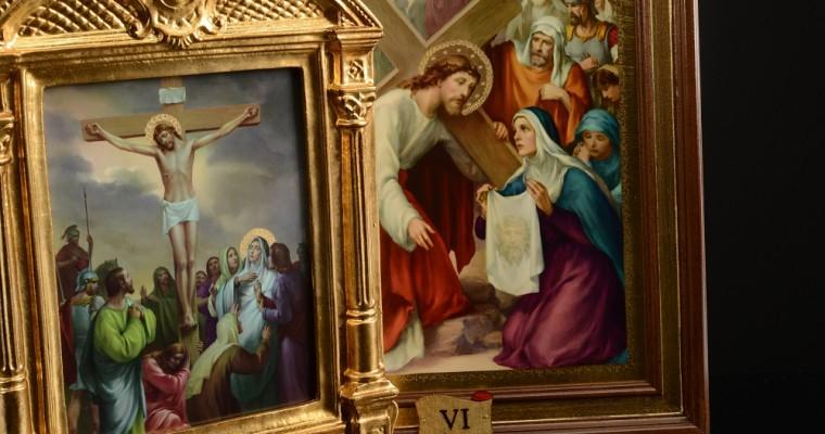 Conmemorar el doloroso camino de Cristo a través del Vía Crucis
