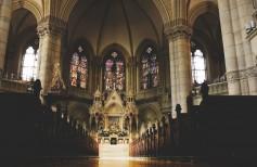 Mobiliario sagrado: mobiliario típico de cada iglesia cristiana